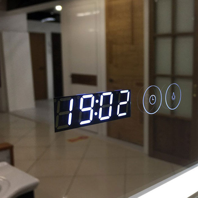 Электронные часы на зеркале для ванной с подогревом