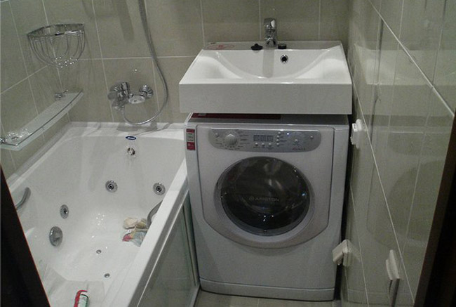 Раковина над стиральной машиной в маленькой ванной комнате